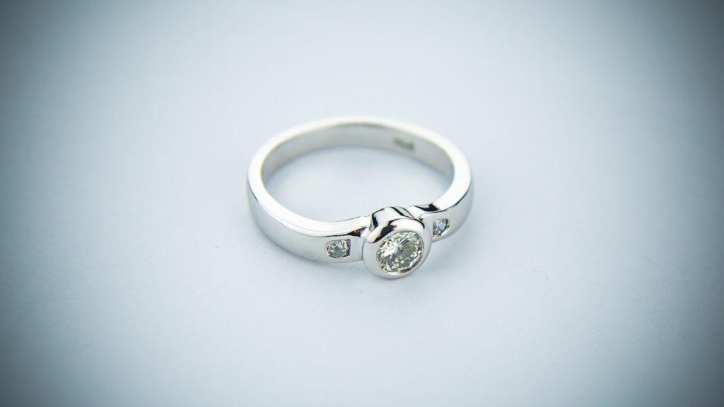 Rozmiar pierścionka zaręczynowego – podpowiadamy, jak dobrać